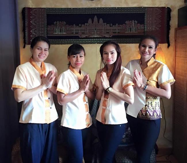Chollada Leeyawong y su equipo de masajistas